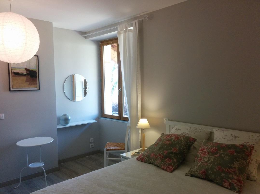Chambre avec un grand lit