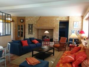 Une grande pièce à vivre confortable.